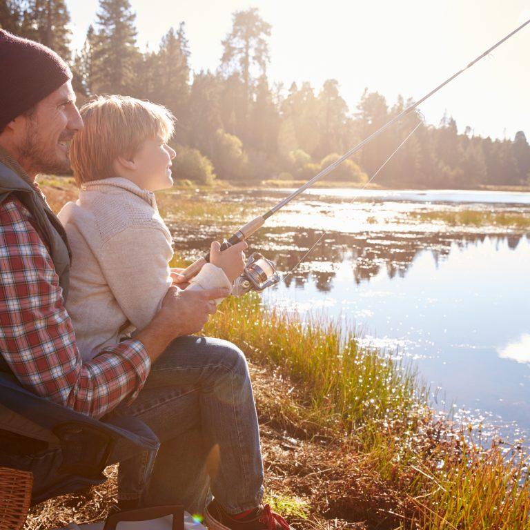 En far som lærer sønnen fisking